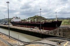 Skepp på den Panama kanalen Royaltyfria Bilder