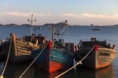 Skepp på en tyst hamn när sol som ner ställer in Royaltyfri Bild