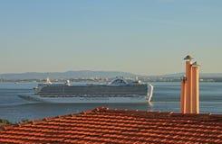 Skepp på floden Tejo (Lissabon) Royaltyfri Bild