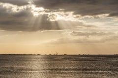 Skepp på horisonten på den Manila fjärden Royaltyfri Bild