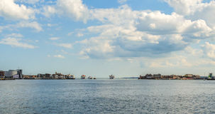Skepp på ingången av den Portsmouth fjärden royaltyfri foto