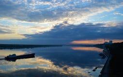 Skepp på morgonfloden Arkivfoton