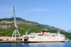 Skepp på skeppsvarven av skeppreparationsväxten, Bijela, Montenegro royaltyfri bild