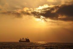 Skepp på solnedgången i Antofagasta Royaltyfri Fotografi