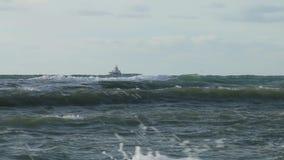 Skepp på stormvind i havet Stark vind lyfter vattendroppen ovanför yttersidan arkivfilmer