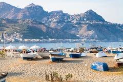 Skepp på stranden i gammal port i den Giardini Naxos staden Fotografering för Bildbyråer