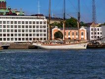 Skepp på stranden i Stockholm på en solig dag royaltyfri foto