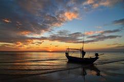 Skepp på stranden på solnedgången Royaltyfria Foton