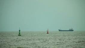 Skepp på yttersida för havsvatten stock video