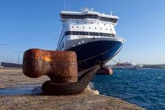 Skepp som binds på en pir Royaltyfria Foton