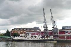 Skepp som förtöjas på en hamn Royaltyfria Bilder