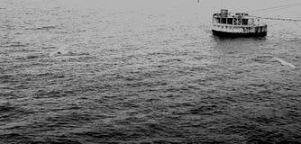 Skepp som förtöjer, ett som en ö på havet arkivbild