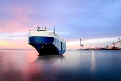 Skepp som förtöjer i skeppet för havsbärare, behållareskepp i exporten, import royaltyfria foton