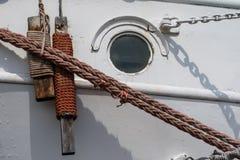 Skepp som förtöjer repet på porthamnplatsen Hamnpollare för stor na Royaltyfria Bilder