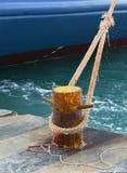 Skepp som fixas med repet till hamnen royaltyfri foto