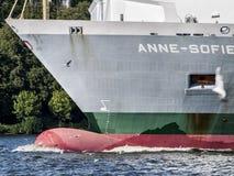 Skepp som lämnar porten av Hamburg royaltyfria bilder