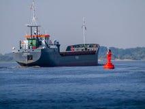 Skepp som lämnar porten av Hamburg arkivfoton