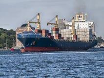 Skepp som lämnar porten av Hamburg royaltyfri fotografi