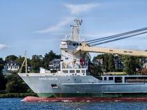 Skepp som lämnar porten av Hamburg fotografering för bildbyråer