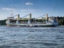 Skepp som lämnar porten av Hamburg arkivbild