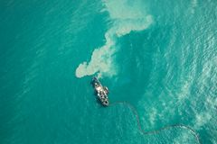 Skepp som muddrar i turqouoisevatten Arkivbilder