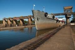 Skepp som passerar till och med fördämningen för Amarà ³polis royaltyfria foton