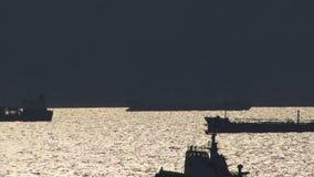 Skepp som seglar ut ur Aten Grekland arkivfilmer