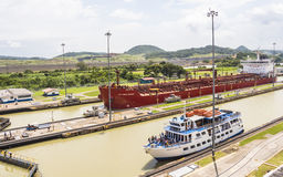 Skepp som skriver in den Panama kanalen Fotografering för Bildbyråer