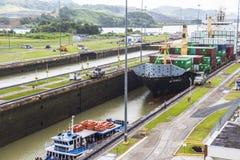 Skepp som skriver in den Panama kanalen Royaltyfria Foton