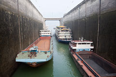 Skepp som stiger i låset på Three Gorge Dam arkivbilder