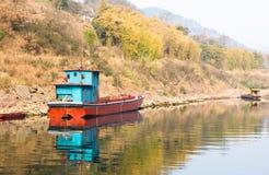 Skepp som svävar på den Chishui floden royaltyfria bilder