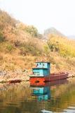 Skepp som svävar på den Chishui floden royaltyfria foton