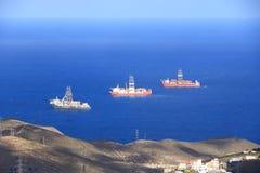 Skepp till staget f?r fossila br?nslenborrande p? port, Gran Canaria ? royaltyfria bilder