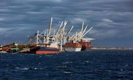 Skepp under päfyllning i hamnstaden arkivfoton