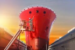 Skepp under reparation i anseende för arbetare för sväva torr skeppsdocka i sherryplockarebil royaltyfri foto