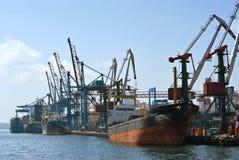Skeppen är på hyttbehållareterminalen vladivostok Östligt (Japan) hav 02 09 2015 Arkivbild