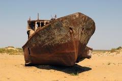 Skeppen i öknen, Aral havskatastrof, Muynak, Uzbekistan Fotografering för Bildbyråer