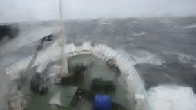 Skeppet är i en storm på havet arkivfilmer