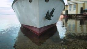 Skeppet är i porten stock video