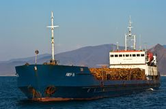 Skeppet Amur-36 laddade med journaler på ankaret i vägarna Nakhodka fjärd Östligt (Japan) hav 31 03 2014 Royaltyfri Bild