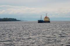 Skeppet ankommer i port Royaltyfria Foton