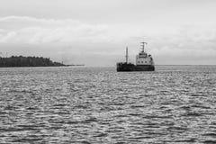 Skeppet ankommer i port Royaltyfri Bild