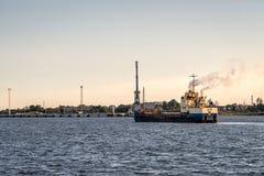 Skeppet ankommer i port Arkivfoto