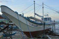 Skeppet anslutas på kusten El Nido är en 1st gruppkommun i landskapet av Palawan royaltyfria bilder