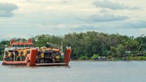 Skeppet bär tungt maskineri för att bryta avsikt som kryssar omkring den Mahakam floden fotografering för bildbyråer