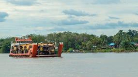 Skeppet bär tungt maskineri för att bryta avsikt som kryssar omkring den Mahakam floden arkivfoton