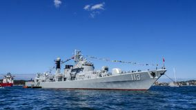 Skeppet för marinen för kines för Qingdao DDG 113 ankommer den Sydney hamnen för deltagande i den internationella hastiga granskn Royaltyfria Bilder