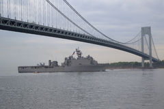 Skeppet för USS Oak Hill skeppsdockalandning av Förenta staternamarinen under ståtar av skepp på den hastiga veckan 2014 royaltyfria bilder