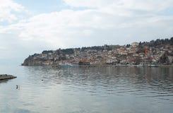 Skeppet förtöjde nära pir av Ohrid sjön Arkivbild