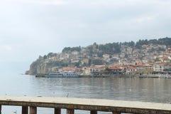 Skeppet förtöjde nära pir av Ohrid sjön Arkivfoton